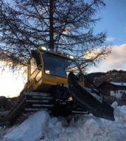 ратрак на груде снега