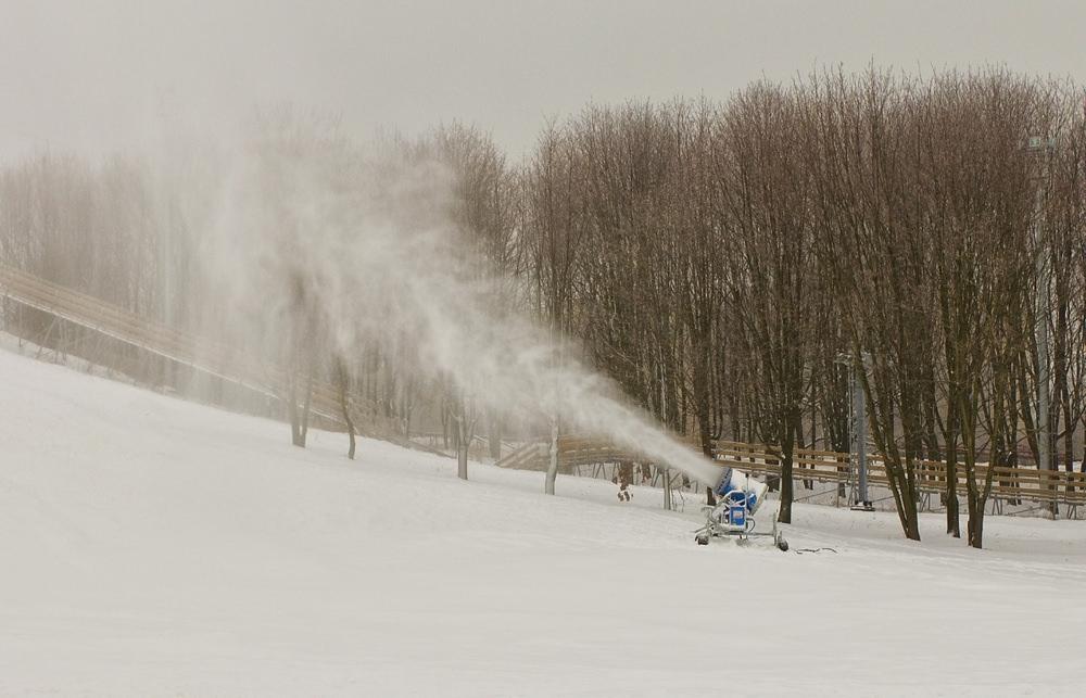 снежная пушка делает снег