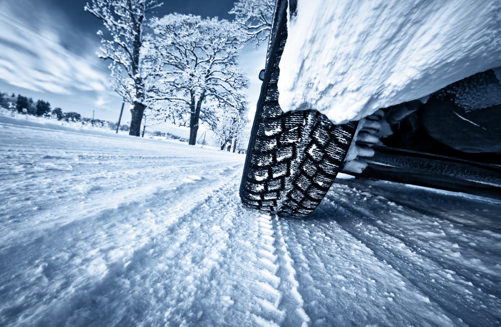 Следы шин на снегу