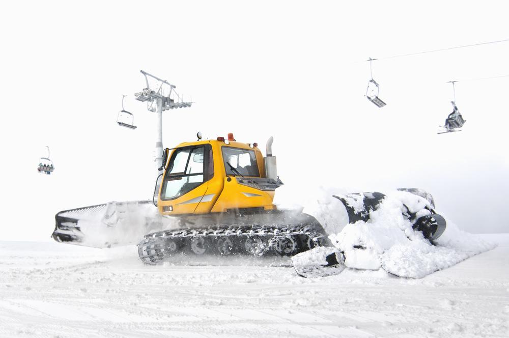 Машина по укладке снега в разгара рабочей смены