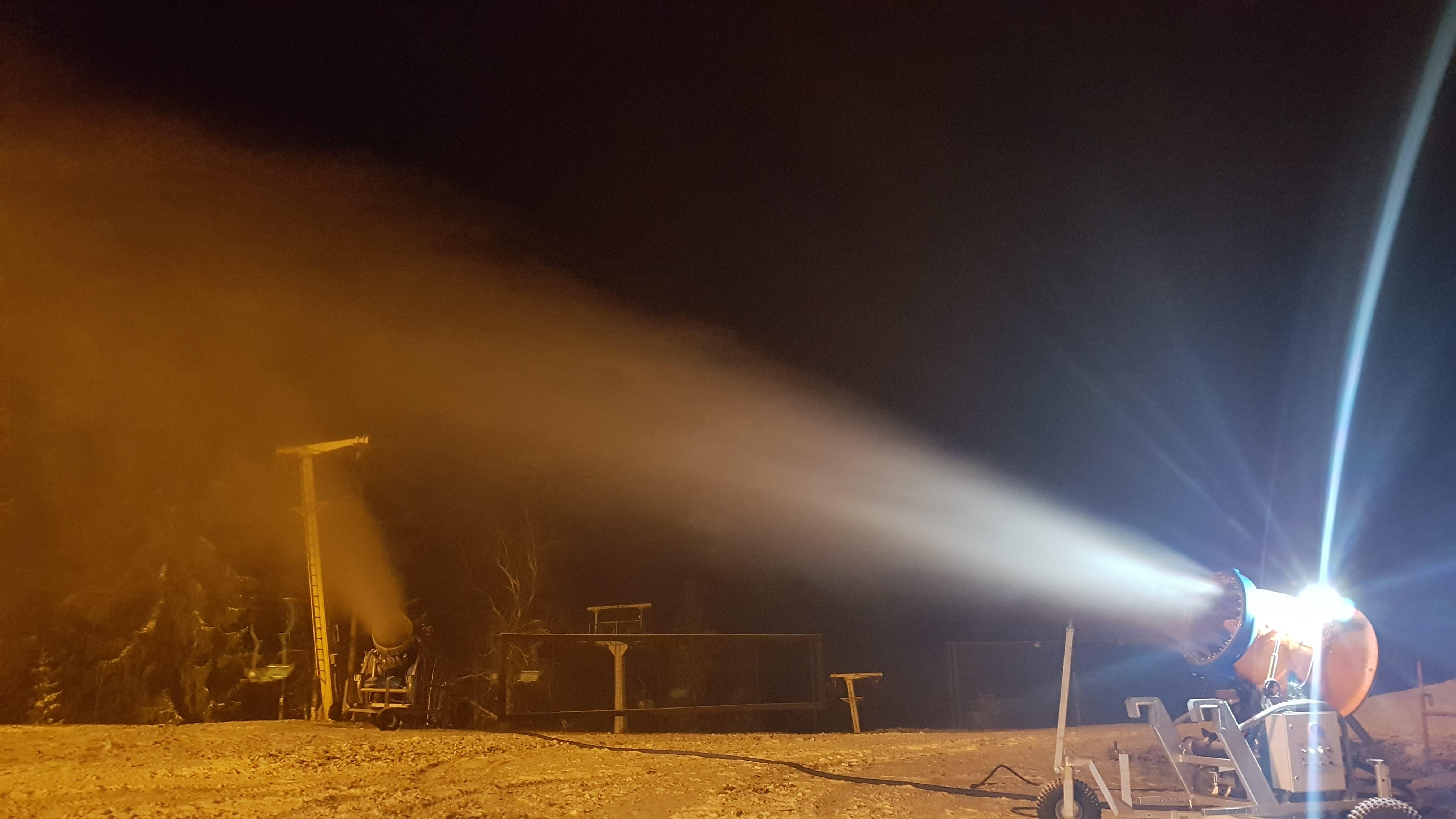 Работа снегогенераторов на склоне ночью