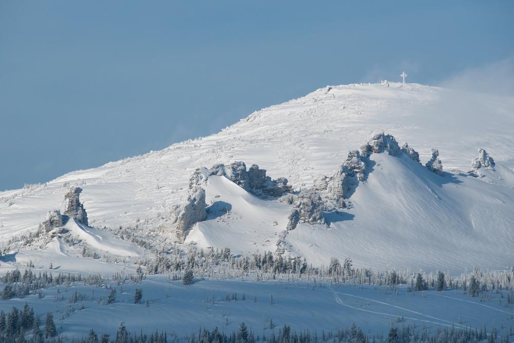 Склоны заснеженных гор в солнечном свете