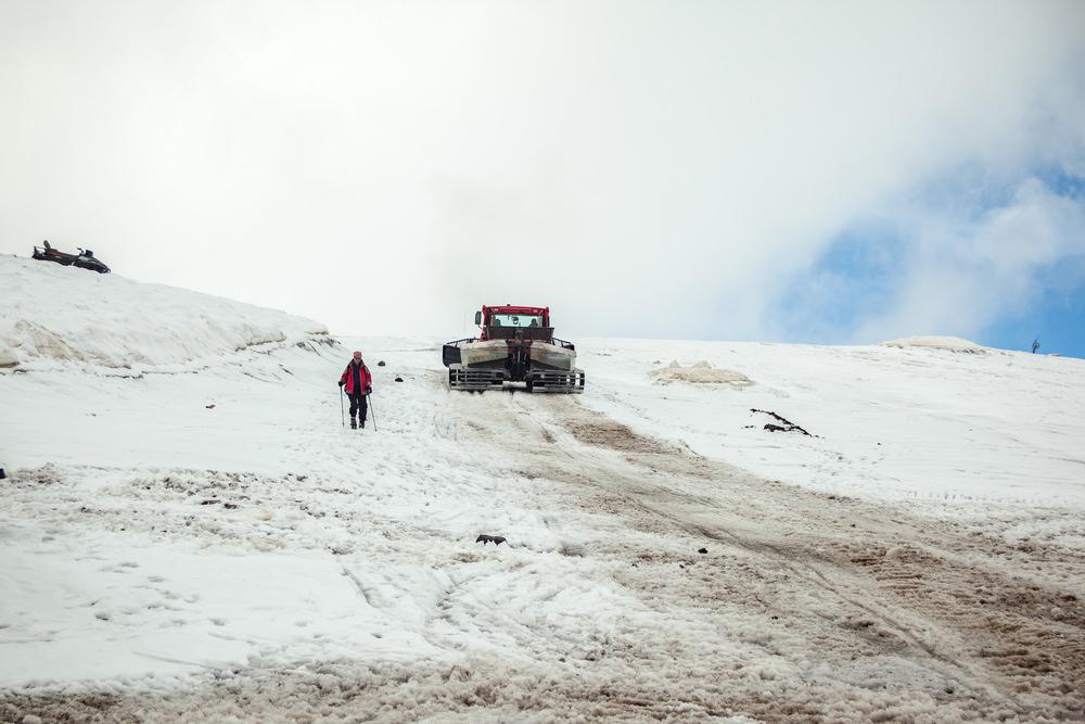 Лыжние и ратраки на склоне