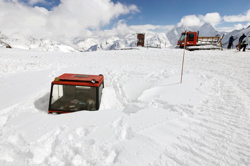 Технику завалило снегом