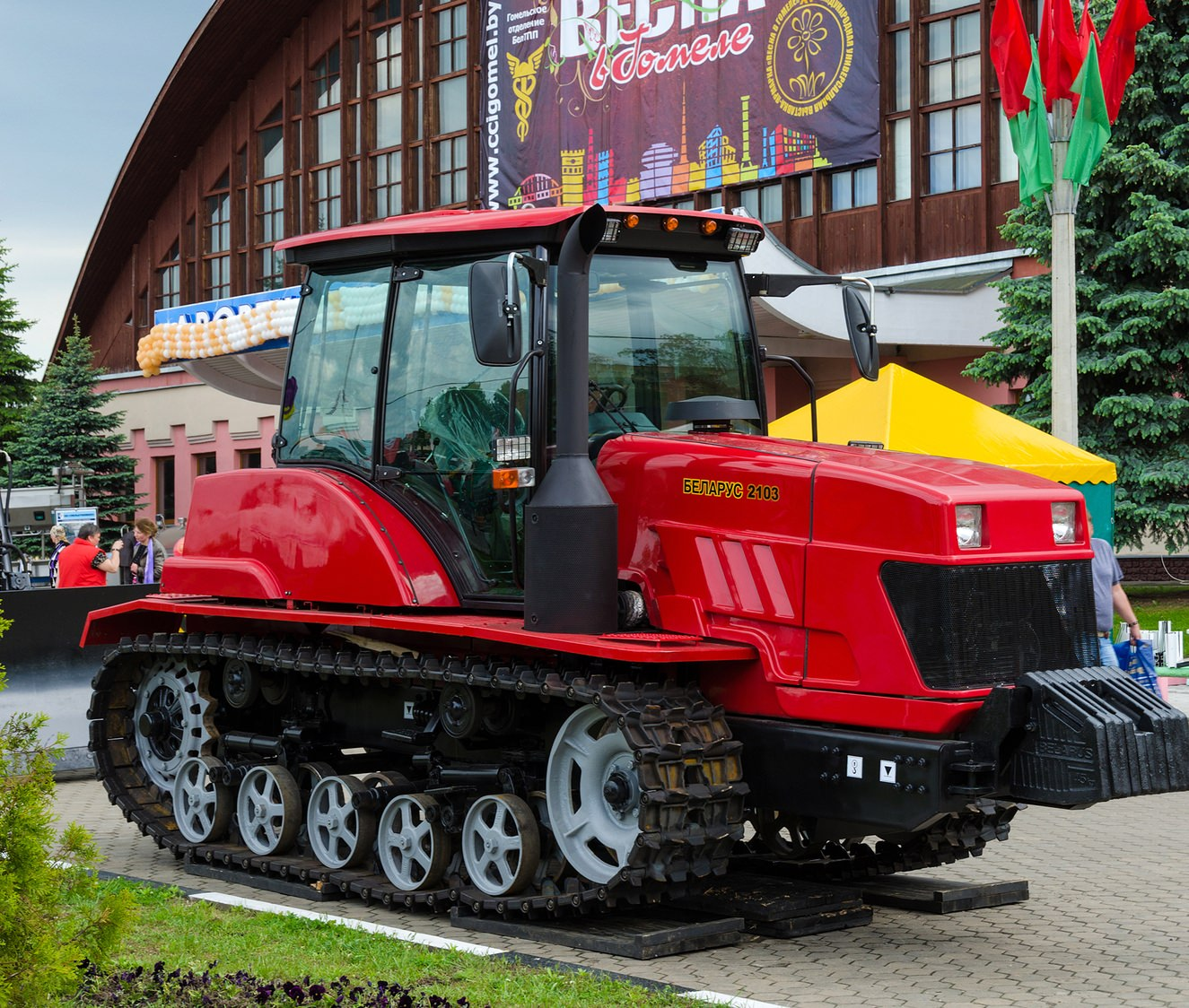 Первые белорусские ратраки прошли проверку президента Лукашенко